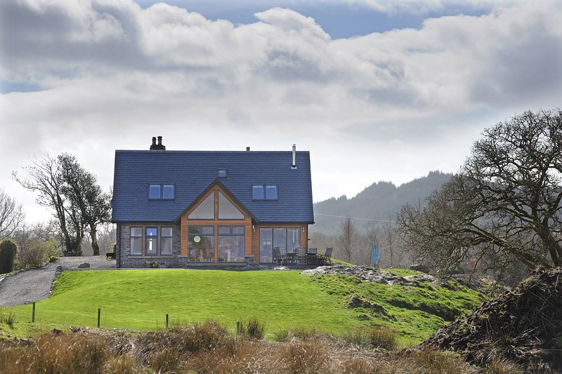 Luxury Self Catering Accommodation above the banks of Loch Awe, holiday rental in Oban