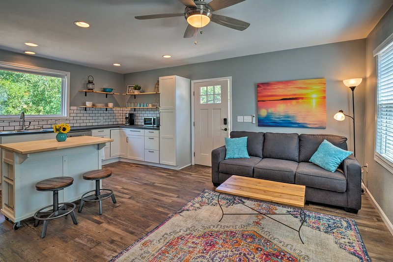 Modern Guest Cottage - 12 Mi to Downtown Austin!, holiday rental in Manchaca