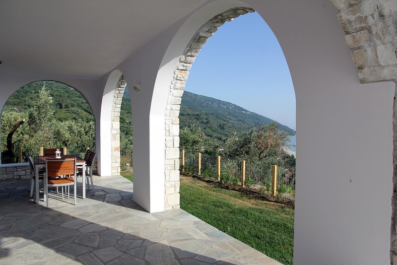 Moses Villa: Cherry 2 bedroom apartment with sea view, vacation rental in Chorefto