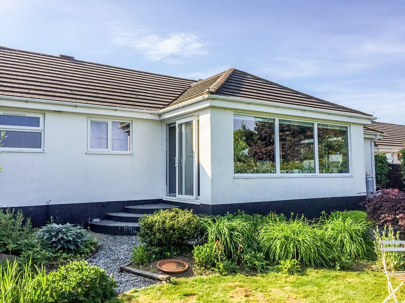 65 FOXDOWN MANOR, tiered garden, views, in Wadebridge, holiday rental in St. Mabyn