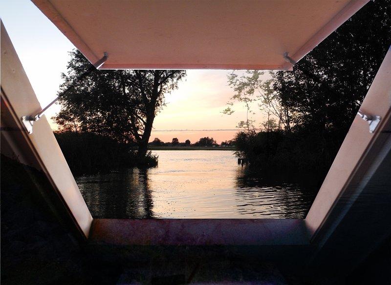 Slapen in een sfeervolle kreek in eigen floating lodge, laat je verrassen., holiday rental in Baambrugge