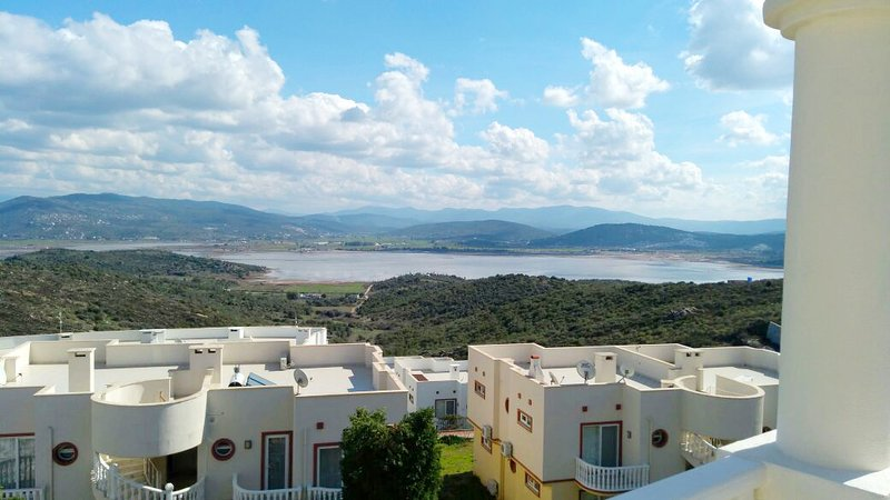 BODRUM FABULOUS LAKE VIEW APARTMENT WITH 4 SWIMMING POOLS NEAR TO BEACHES, casa vacanza a Dorttepe