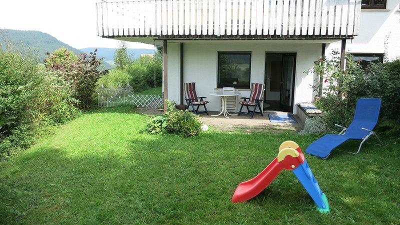 Aida, 2-Zi.-FeWo, Panoramablick, Terrasse, Garten, Sauna, große Betten, Babybett, aluguéis de temporada em Kniebis