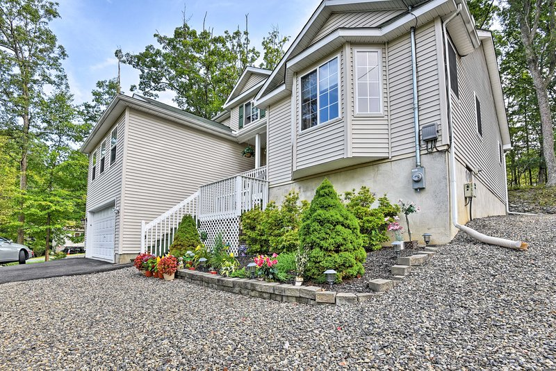 5-Star Roomy + Tranquil Pocono Home ~ Hike + Ski!, holiday rental in Sandy Hook