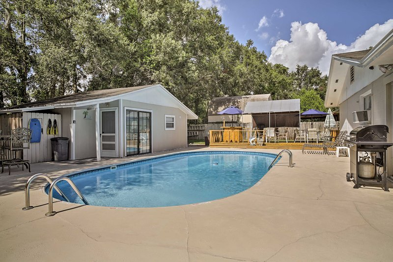 Fern Park House w/Pool - New Patio & Fire Pit!, location de vacances à Altamonte Springs
