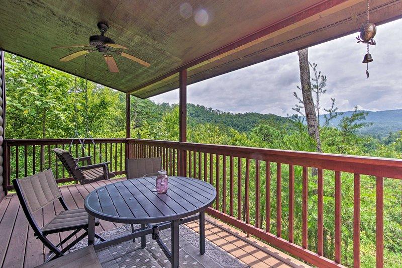 Tillflykt till Smoky Mountains för att stanna på denna 2-bädds, 1-bad semesterbostad!
