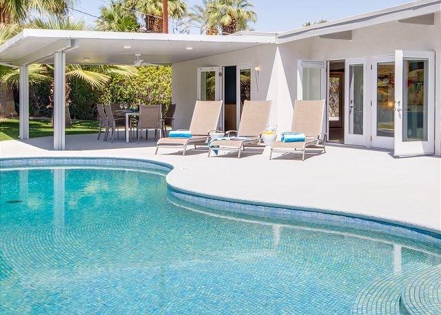 Mid Mod Sunsation - Patio de piscina a pleno sol