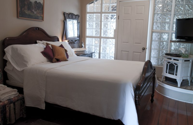 Port Albert Inn. Built in 1842! - Room #3, holiday rental in Point Clark