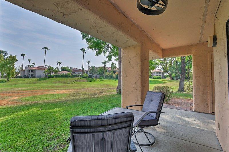 Jante ao ar livre neste encantador conjunto de pátio.