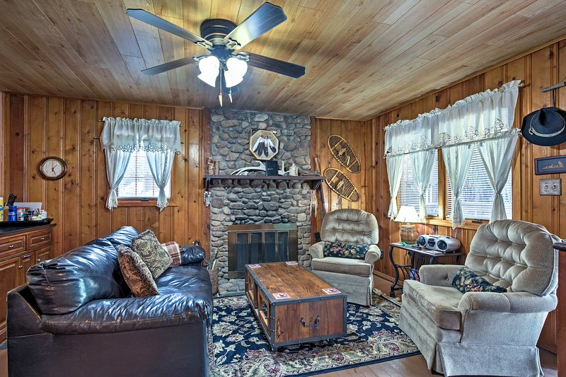 Explore Ruidoso, New Mexico from this centrally located vacation rental cabin!