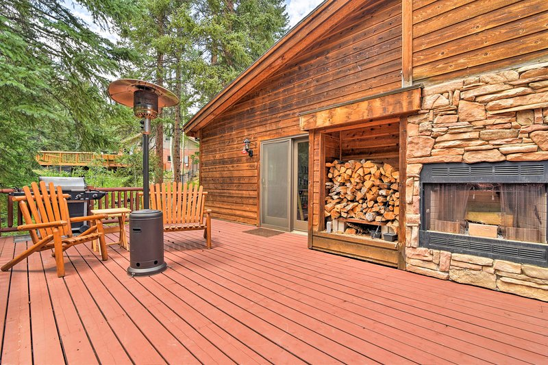 With 2 beds, 2 baths, & a spacious deck, 6 can relish Colorado's natural beauty.