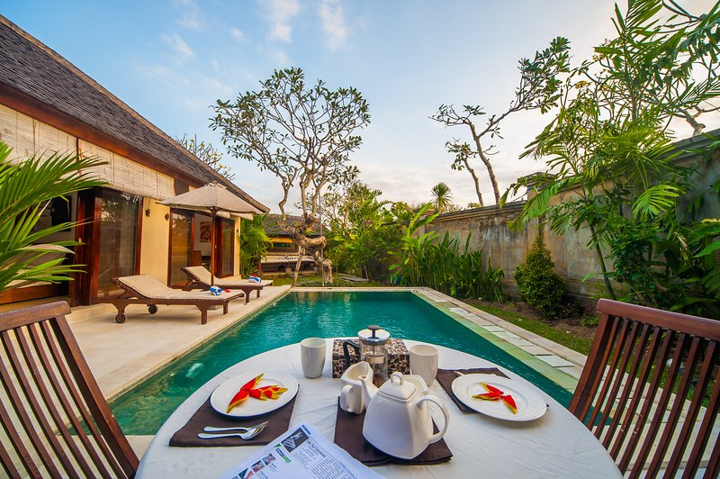 Breakfast at front pool