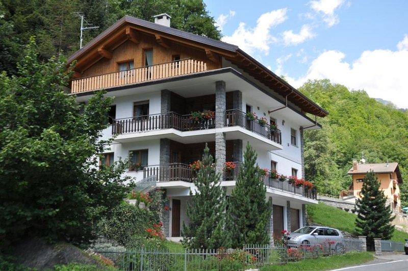 Appartamento in casa con giardino - bilocale, holiday rental in Chamois
