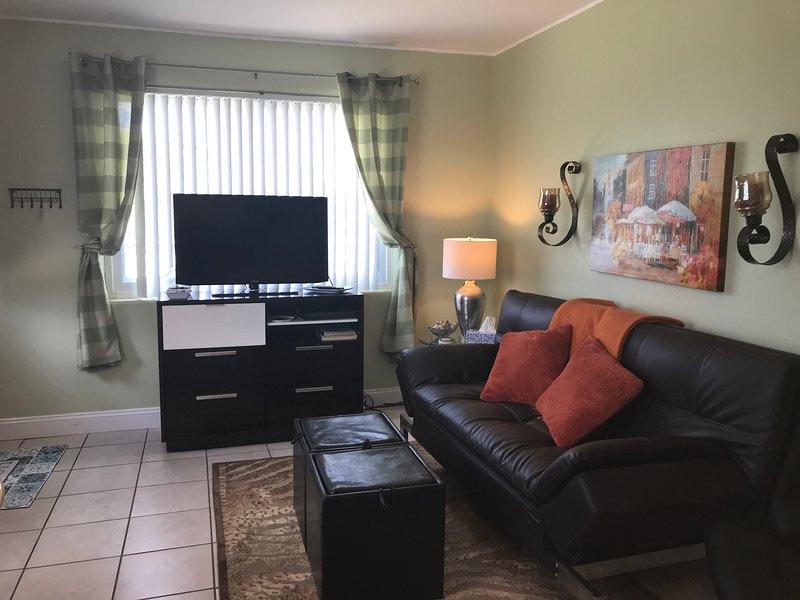 Beautiful Beach-Side Two Unit Duplex-Unit#1 ONLY Quoted-3 MIN WALK 2 BEACH!, location de vacances à Daytona Beach Shores