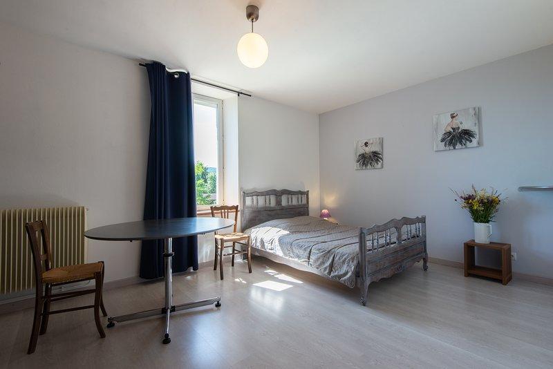 Gîte sympa et spacieux à proximité du Lac de Chalain, holiday rental in Blye