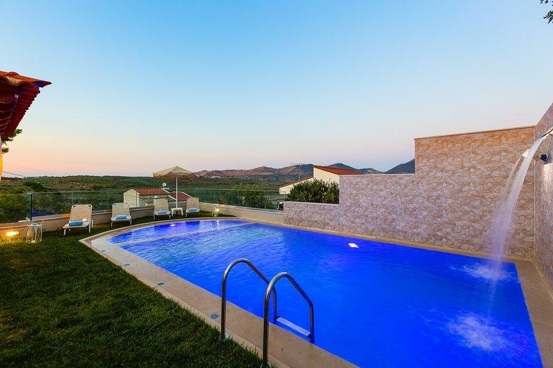 Pour commencer, il y a une terrasse ensoleillée avec une piscine privée chauffée de 50 m2!