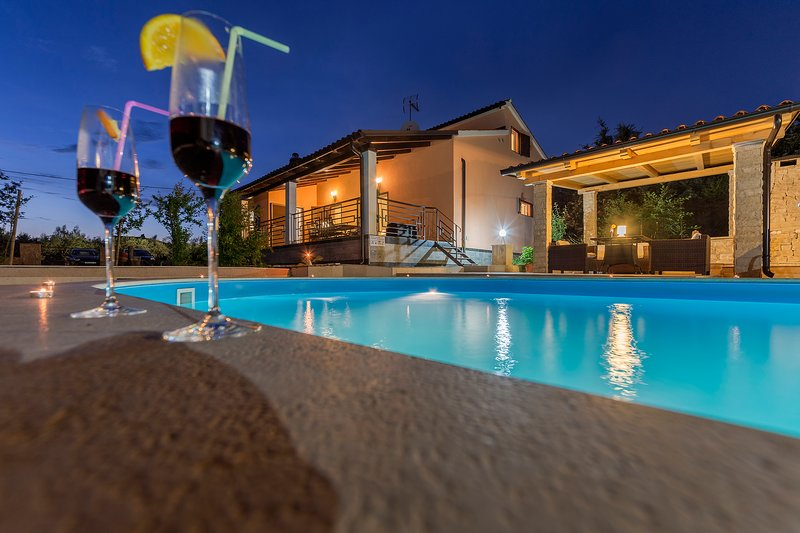 Villa Lucia with outdoor swimming pool and peaceful surroundings, location de vacances à Vodnjan