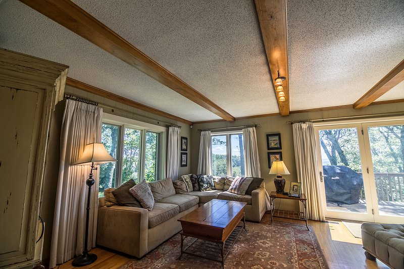 Sala de estar com sofá grande