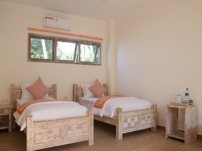 Double Room in 11-bedroom beachfront compound, vacation rental in Toya Bungkah