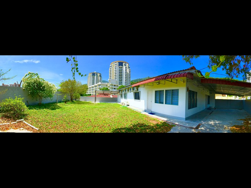 Dandelion House - 6000sqft House with Large Garden, Excellent Location!, casa vacanza a Penang