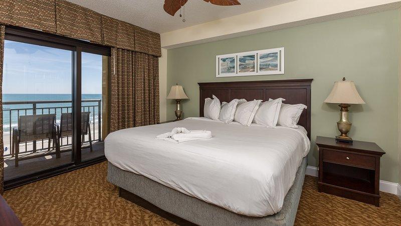 Afundar-se na luxuosa cama king size no quarto principal.