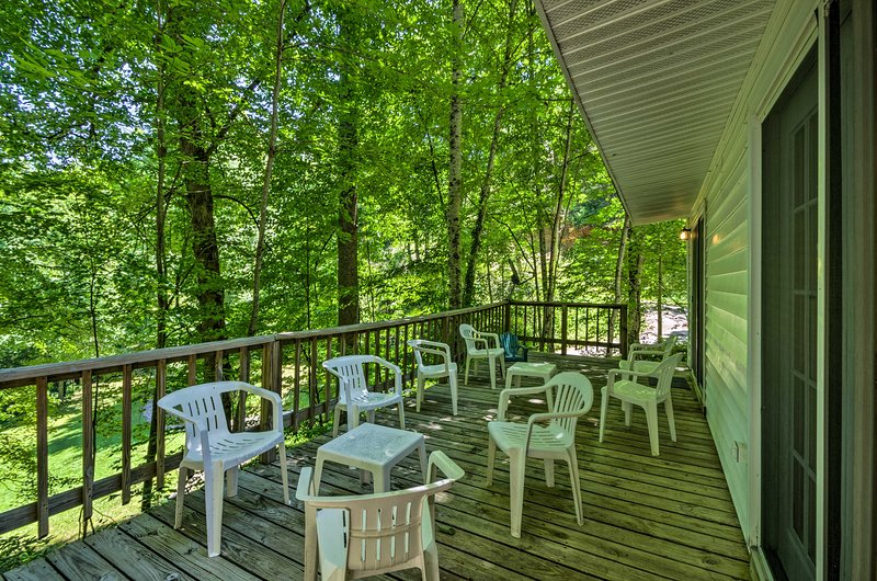 Secluded Bryson City Home w/ Deck, Steps to Creek!, alquiler vacacional en Nantahala Township