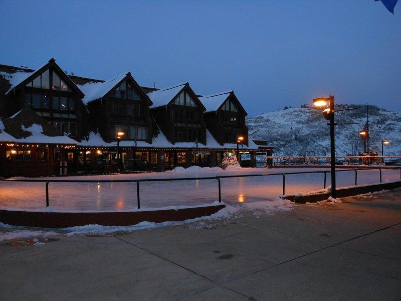 Soirée tranquille sur la patinoire que les terrasses privées surplombent