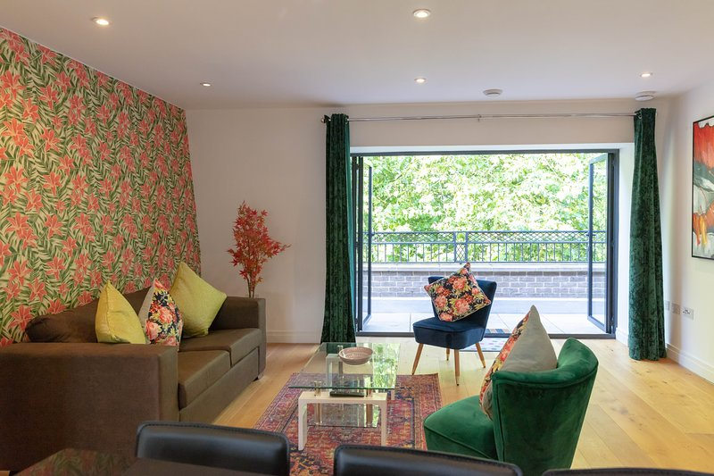 Parkers Piece Penthouse with Terrace 5 mins walk to City Centre & sleeps 6, holiday rental in Madingley