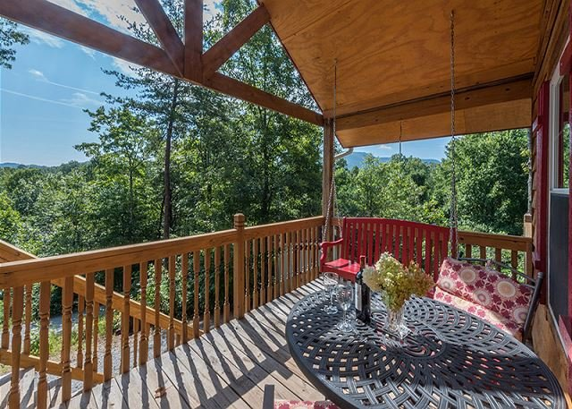 Bear Tracks |Cozy cabin | Pet friendly, hot tub, fire pit, and great decks!, vacation rental in Old Fort