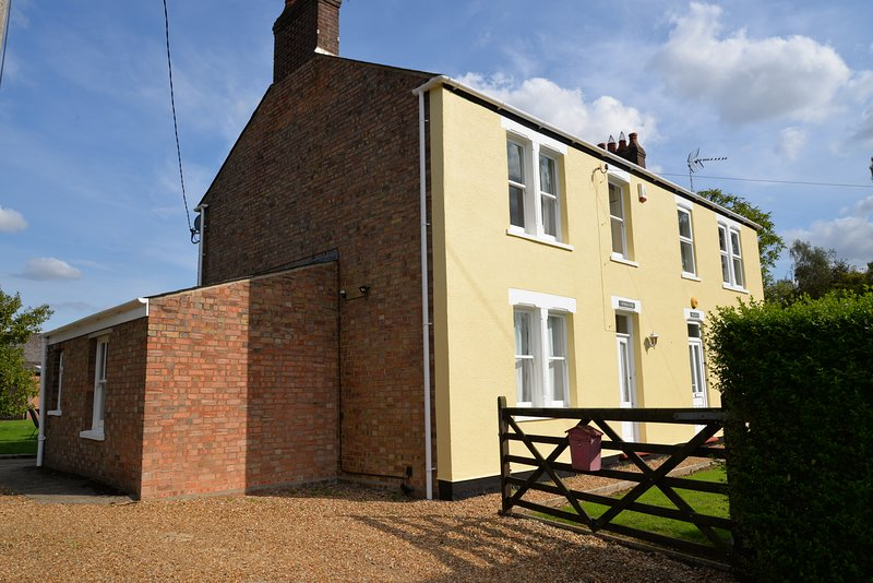 Woodlands Farmhouse | Large family garden | Peaceful | Farmland views, holiday rental in Upwell