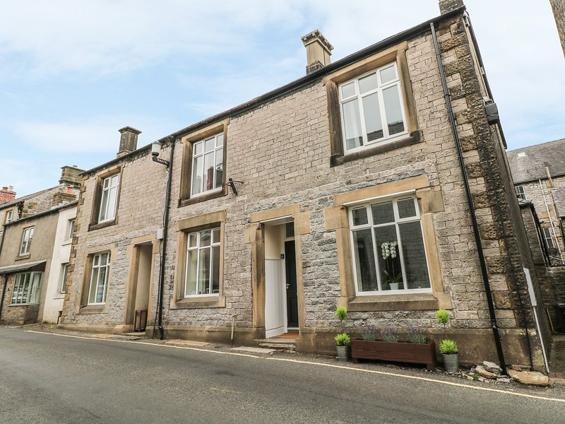 AMBER HOUSE, three floors, ideal for families or friends, Tideswell, holiday rental in Millers Dale