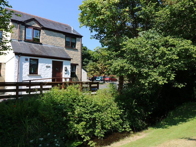 TRANQUILITY, open-plan, leisure facilities on site, near Penryn, holiday rental in Budock Water