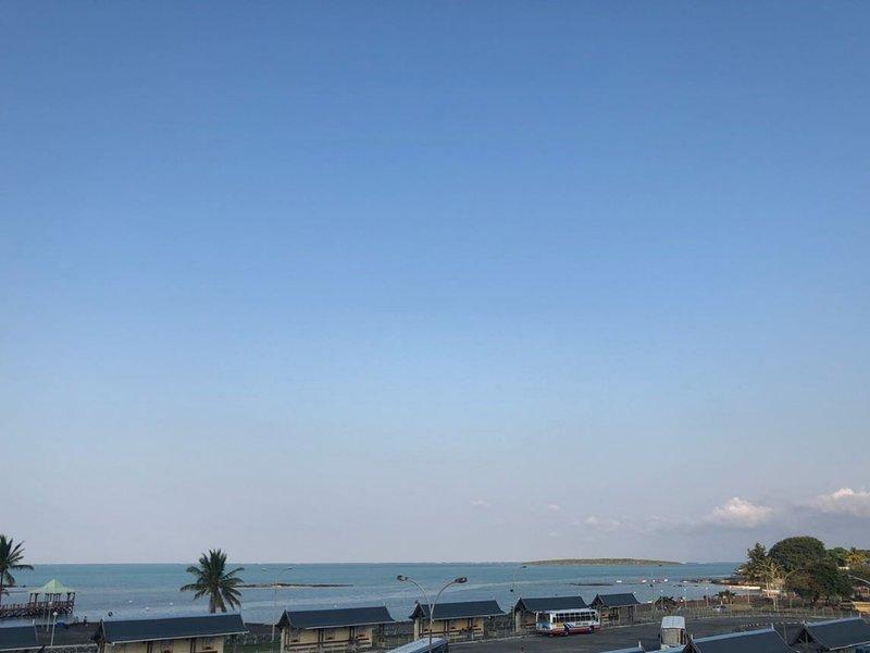 Vista desde la terraza AdmiralMahe con isla Aigrette / Vista desde la terraza del Almirante Mahe