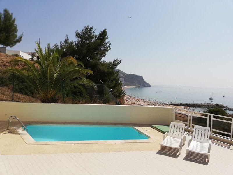 Apartamento frente a la playa con piscina privada, holiday rental in Sesimbra