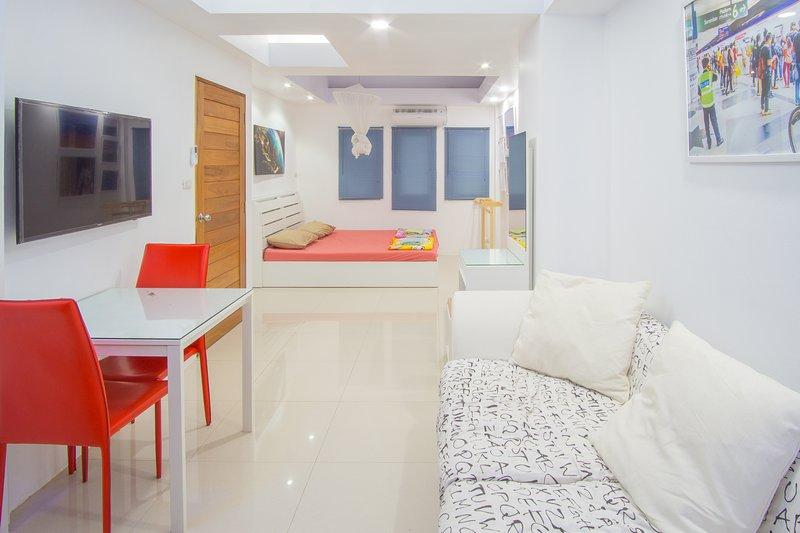 Townhouse/nonsmoker Modern/Silent! Fast Wi-Fi. A/C, vacation rental in Samut Prakan