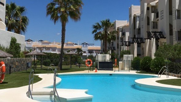 2 Bedroom 2 Bathroom Luxury Apartment with Communal Pool, holiday rental in Pueblo Nuevo de Guadiaro
