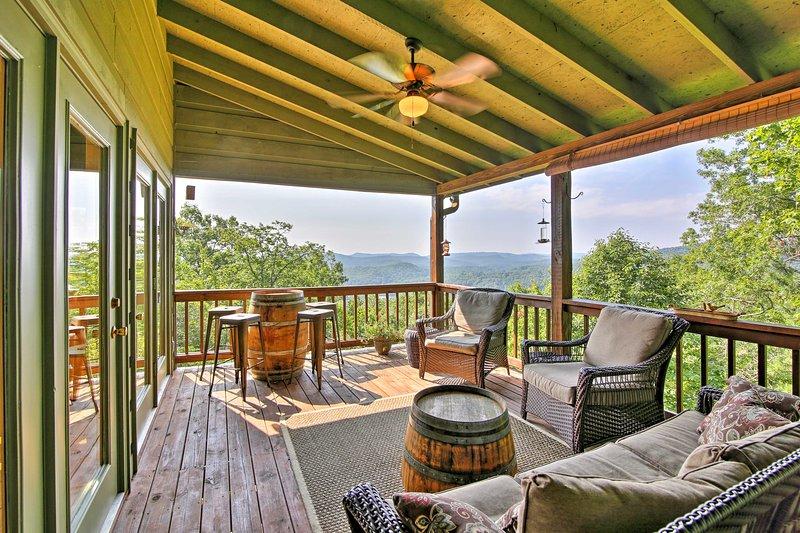 Luxurious Clayton Cabin w/Decks+Stunning Mtn Views, holiday rental in Clayton