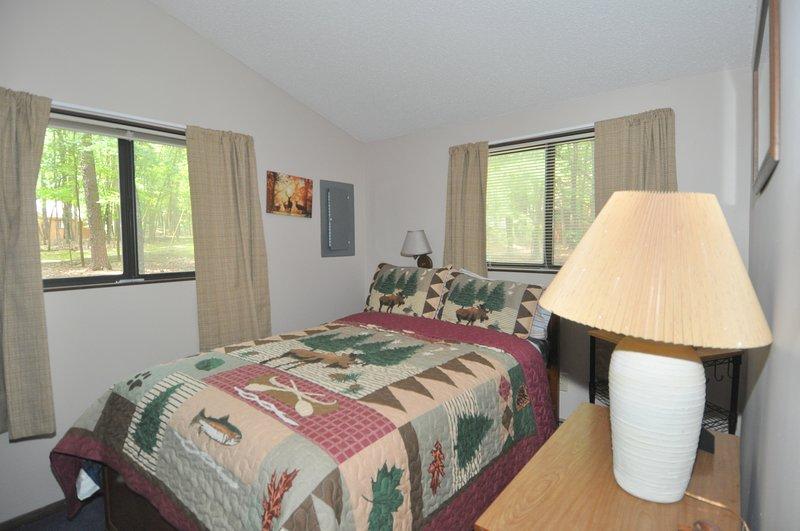 Segundo quarto tem uma cama de casal.