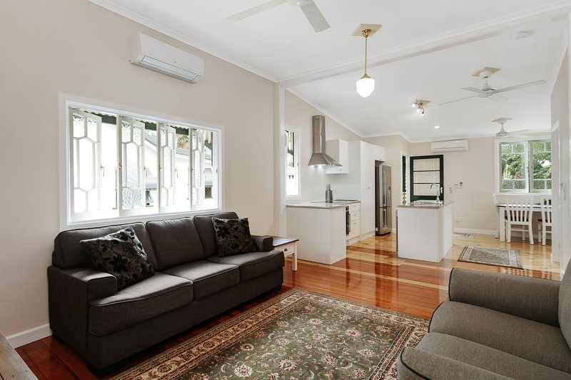 Entire 1st Floor: Charming Renovated Queenslander, holiday rental in Stratford