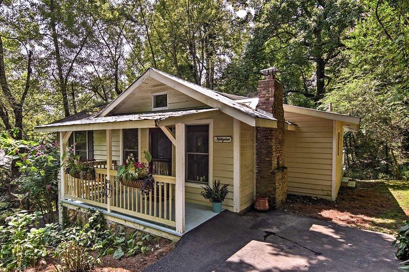 Saluda Cottage w/ Deck - Walk to Downtown, Main St, holiday rental in Saluda