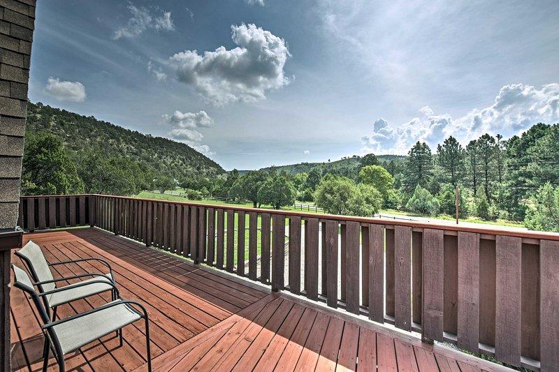 Admirez la vue sur 3 hectares privés dans cette maison unique de Ruidoso.
