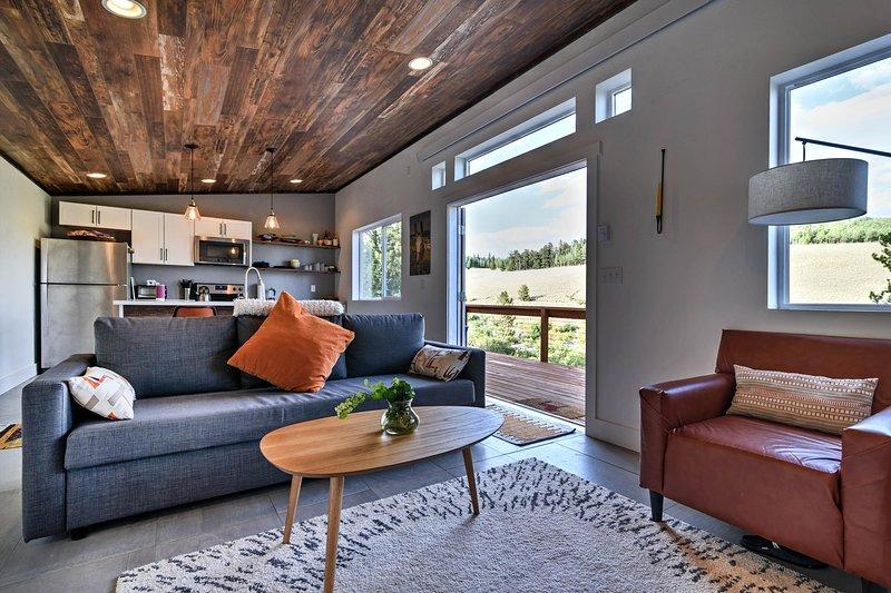 Esta cabina cuenta con un concepto abierto, todo nuevo y una gran terraza.