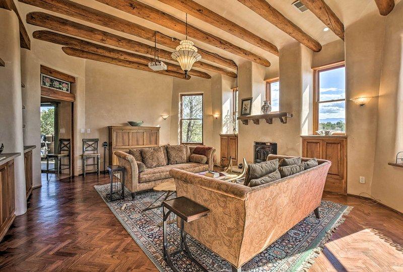 Stunning Santa Fe SW-Style Getaway w/ Indoor Pool!, holiday rental in White Rock
