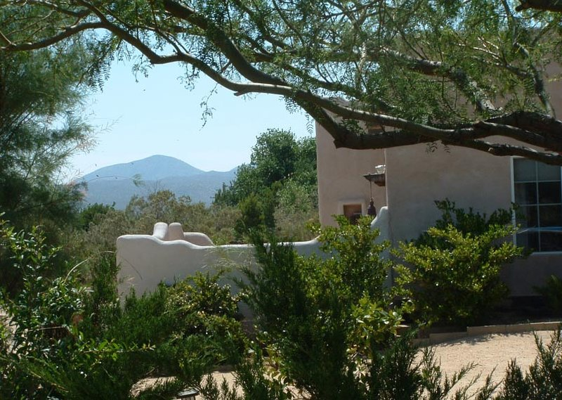 Art and Unique Furnishings in the High Desert offer a secluded getaway, casa vacanza a Julian