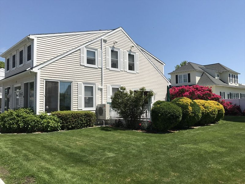 FALMOUTH HEIGHTS SLEEPS 10 WALK TO BEACH 135087, holiday rental in Teaticket