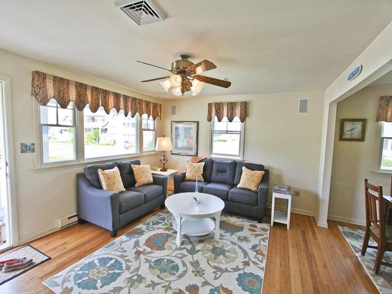 Primer piso, sala de estar con sofá cama doble.