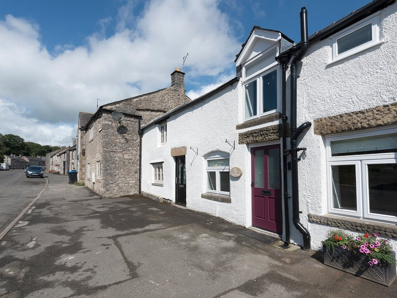 OWL COTTAGE, terraced cottage with beams and woodburner, Tideswell, holiday rental in Millers Dale
