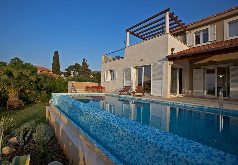 Villa Azure Infinity – Large seafront villa with pool Brac island, vacation rental in Supetar