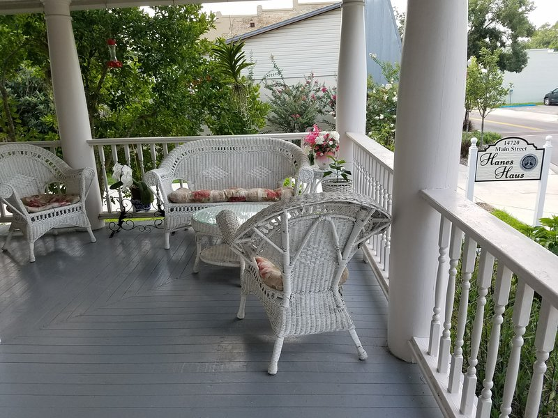 Hanes Haus Convenient, Comfortable Private Walk Dine Stroll Historic Alachua FL, holiday rental in High Springs