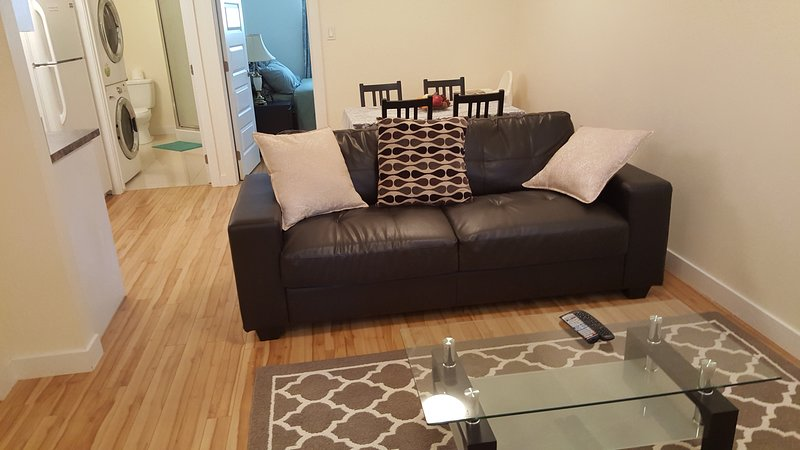 2 BD RM Private Entrance in a peaceful Neighborhood, Ferienwohnung in Edmonton